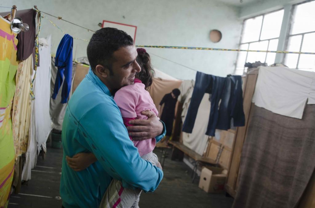 Un réfugié syrien avec sa fille en Bulgarie